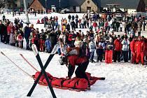Svoz zraněného lyžaře horskou službou. Ilustrační snímek.