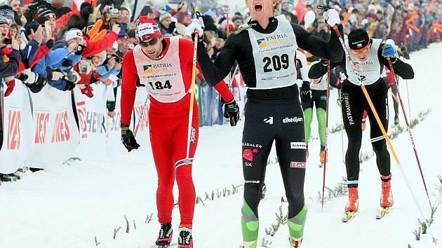 Jizerská padesátka 2010. Trojice vítězů číslo 209 Švéd Svard Oskar, číslo 184 Nor Thomas Alsgaard a číslo 2 Stanislav Řezáč, projíždí cílovou čarou. Ve stejném pořadí se také v závodě umístili.