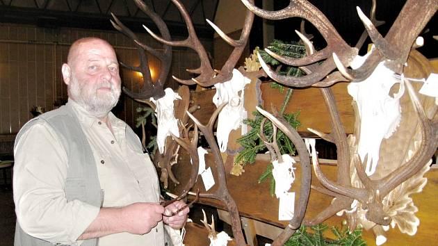 Myslivec si musí trofej k přehlídce sám připravit. Jedna z nich patřila dvacetiletému jelenovi.