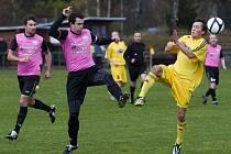 Fotbalisté Mšena nezahráli doma se Sedmihorkami (v růžovém) dobře a získali jen bod za remízu 2:2.