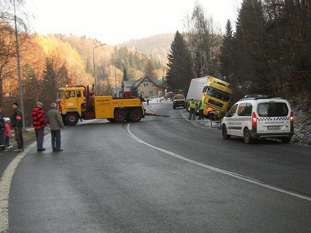 Den před svátkem se klouzal polský řidič kamionu v Desné na silnici. Námraza na vozovce byla podle desenských strážníků příčinou ranní dopravní nehody.