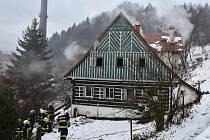 V pondělí v půl osmé ráno vyjeli hasiči k požáru chaty v Desné v Jizerských horách.