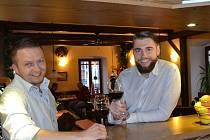 Pavel Horčička (vlevo) předává Ivo Konečnému jabloneckou restauraci Půlměsíc doslova za pochodu, hosté ani nepocítí, že se prohodili. Následné velké změny ale nečekejte.