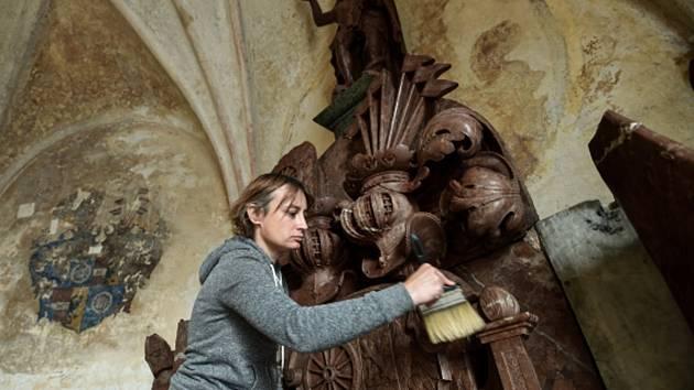 Restaurátorka   Vanesa Trostová při práci na vzácném náhrobku.