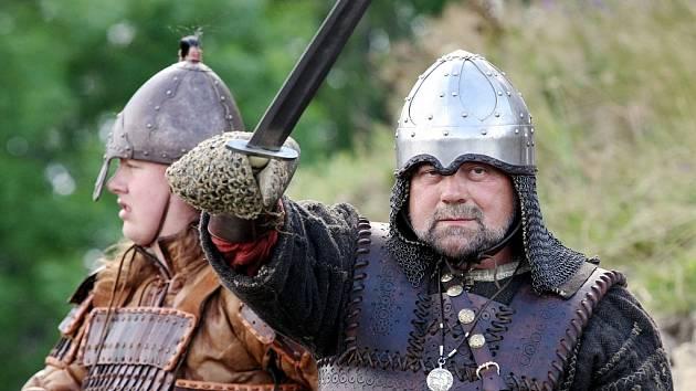 STŘEDOVĚKÁ BITVA O HRADIŠTĚ. Tu viděli návštěvníci vrchu nad Vítkovem u Chrastavy. Bitva s názvem Selský kníže zavedla diváky do 12.století, kdy se silou vojska vybíraly daně od poddaných. Sdružení Curia letos touto akcí oslavilo 10. výročí své existence.