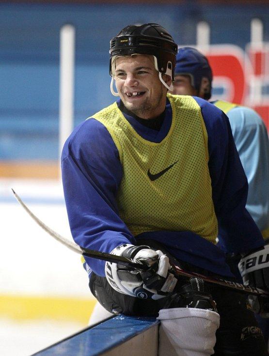 Fotbalisté Baumitu si zahráli hokej. Na snímku Vít Beneš s jeho typickým barevným chráničem na zuby.