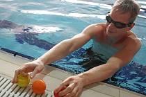 Zdeněk Bradáč opět pokouší osud. Tlačí časy rekordů stále dolů. Tentokrát žongloval pod vodou.