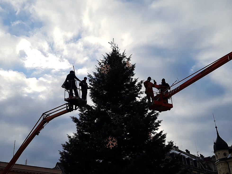 V pátek 1. prosince pracovníci Technických služeb Jablonec a specializované firmy zdobili vánoční jedli na Mírovém náměstí.