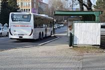 Zastávka městské hromadné dopravy u Jablonexu.