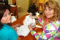 """""""Tvoříme panenku Šenýrku pro Unicef,"""" pochlubila se majitelka firmy ŠENÝR, Olga Kopalová (vpravo na snímku s kolegyní Martinou Zajíčkovou). Šenýrka má i korunku jako MISS a náhrdelník."""