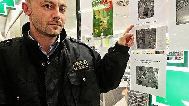 Pracovník ostrahy obchodního domu Delta v Liberci Tomáš Štěpánek říká, že většinu z nich už v nějakém obchodu načapali. Tady v lékárně se prý hodně kradou volně dostupné léky a kloktadlo, nejspíš na objednávku.