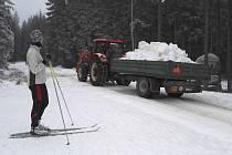 Navážení sněhu na trať Jizerská 50