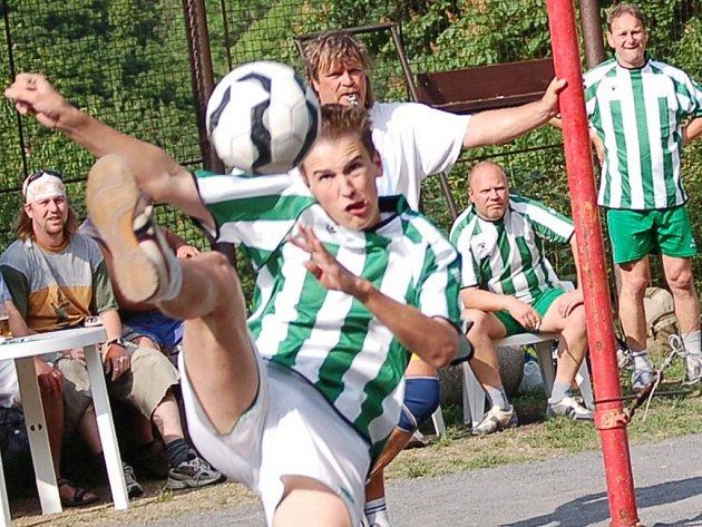 Talentovaný hráč Petr Flodrmnan mladší při smeči.