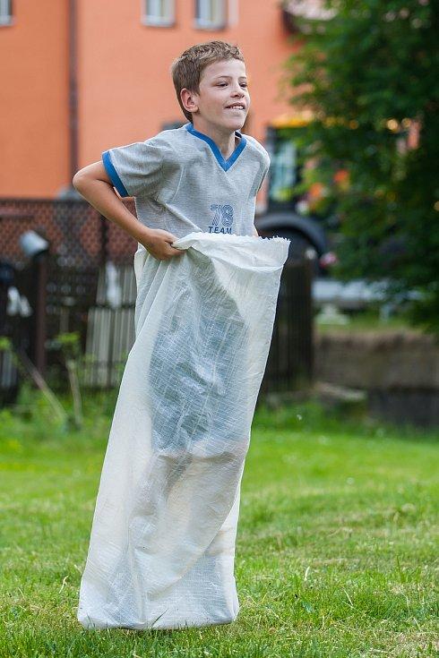 Tradiční Rychnovské slavnosti proběhly 26. května v Rychnově u Jablonce nad Nisou. Na snímku je dětská soutěž ve skákání v pytli.