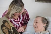 Senioři se rádi o své bohaté vzpomínky dlouhých životů podělí. S lidmi, kteří se o ně starají.