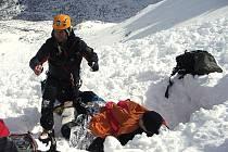 Lavina ve Vysokých Tatrách v oblasti Jestřebí věže strhla v pondělí 1. března dopoledne pět českých horolezců z Jablonce nad Nisou. Všem, s lavinovým vybavením, sondami a lopatami, se podařilo z laviny svépomocí vyhrabat. Tři ale utrpěli početná poranění.