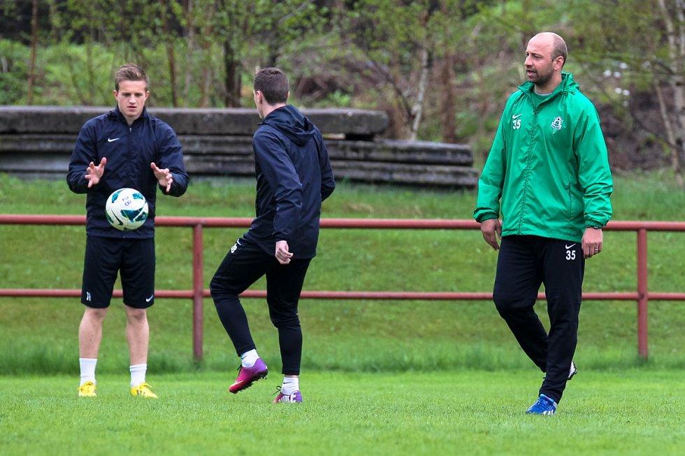 Hráči Baumitu absolvovali v pondělí trénink pod novou trenérskou dvojicí Pavlem Drskem a Romanem Skuhravým. Na snímku trenér Pavel Drsek. Za ním Jan Kopic (vlevo) a Ondřej Vaněk.