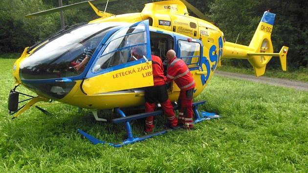 Vrtulník ZZS LK přistál pro malého pacienta ve Zlaté Olešnici.