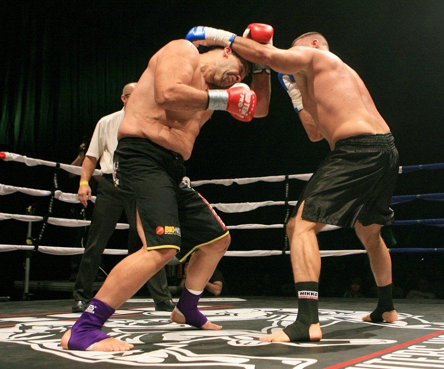 Night of Warriors v Liberci.  Martin Berka (vlevo) poslal svého soupeře několikrát k zemi. Nakonec ale titul nezískal.