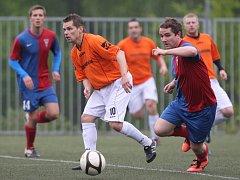 Fotbalisté Jiskry Mšeno B (v oranžovém) doma remizovali s Rynolticemi 1:1.