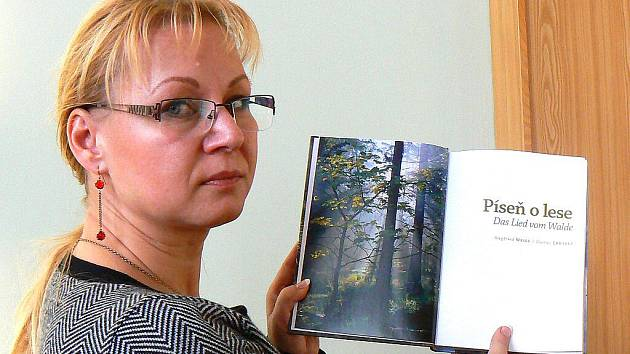 Mluvčí jablonecké radnice Jana Fričová ukazuje na snímku novou knihu inspirovanou Leuteltovou Knihou o lese, kterou na sobotní akci v sále ZUŠ Jablonec představí Siegfrried Weiss.