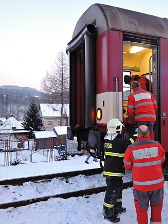 Hasiči asistovali uošetření dítěte ve vlaku a dále transportu do sanitního vozu.