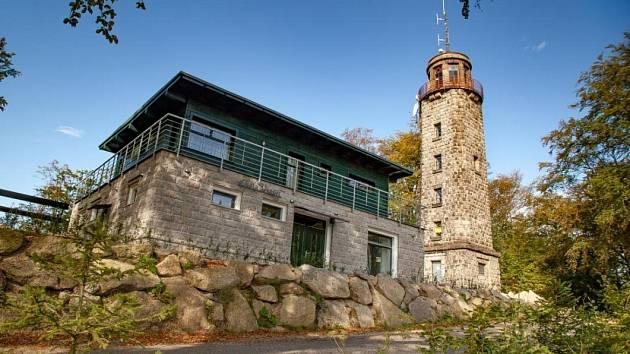 Na Prosečském hřebeni v Jizerských horách se nalézají chata a rozhledna Nad Prosečí. Rozhledna otevřená roku 2010 byla několik let nepřístupná a chátrala.
