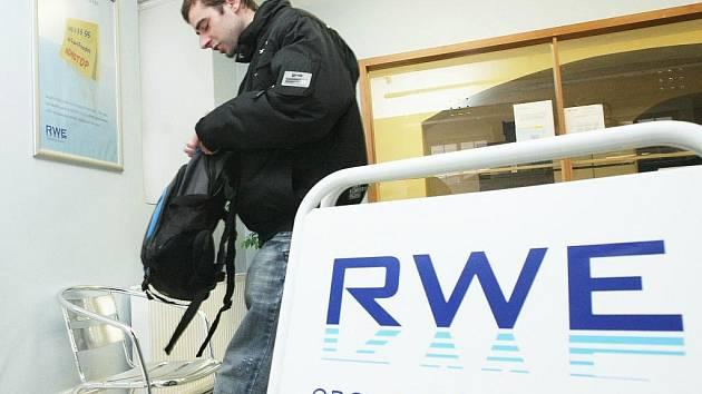 Společnost RWE se rozhodla optimalizovat síť svých kontaktních míst. A v rámci toho několik z  nich nadobro přestane fungovat. Týká se to i zákaznické pobočky RWE v Jablonci nad Nisou. Lidé budou muset od února dojíždět do Liberce.