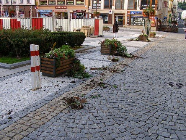 Poničené květinové mísy na Mírovém náměstí.