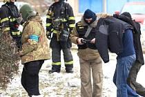 Příslušníci GIBS přivádějí do domu obviněného policistu