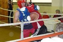 Boxer klubu Iron Fighters kickboxing Rádlo Petr Horkavý ve svém boxerském zápase porazil Seidla z Krupky.