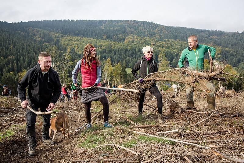 Více než sto padesát lidí uklízelo o víkendu lesy v okolí Harrachova. Většina z nich sem dorazila z koncernu Škoda Auto.
