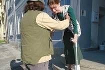 Spadnu, nespadnu... Zdolat schodiště na Městském úřadu ve Smržovce mi dalo s berlemi pořádně zabrat. Schody jsou tu úzké, příkré a ještě k tomu do kulata. Zábradlí také chybělo.