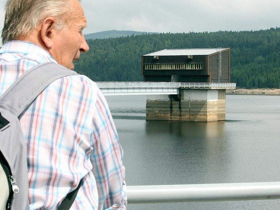 Přehrada v Jizerských horách. Vodní dílo Josefův Důl slouží jako zásobárna pitné vody pro Liberecko.
