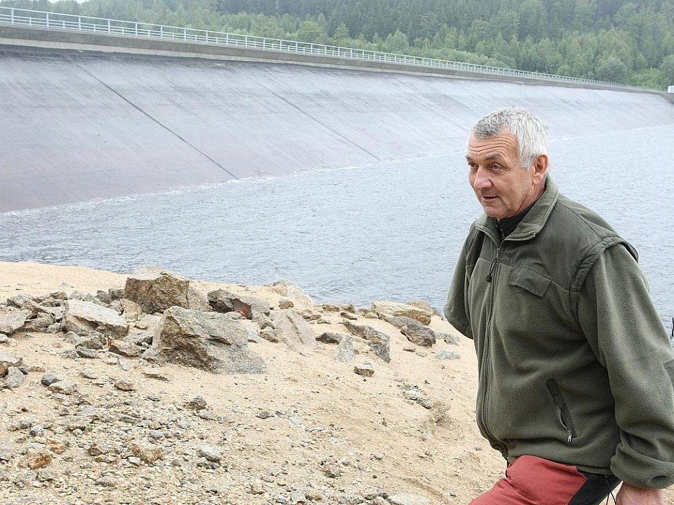 Přehrada v Jizerských horách. Vodní dílo Josefův Důl slouží jako zásobárna pitné vody pro Liberecko. Na snímku hrázný Pavel Ševčík.