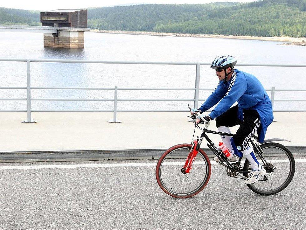 Přehrada v Jizerských horách. Vodní dílo Josefův Důl slouží jako zásobárna pitné vody pro Liberecko. Okolí je oblíbenou trasou cyklistů.
