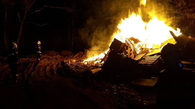 Plameny zachvátily místo u lesa ve Zlaté Olešnici. Hořel tam odpad