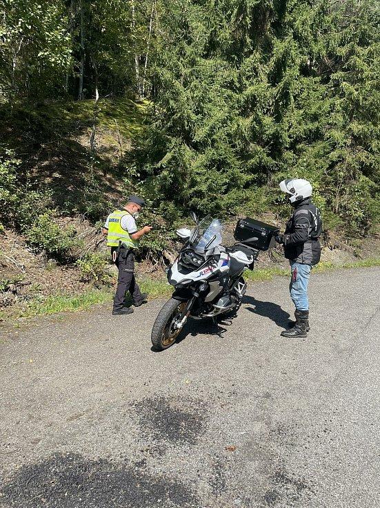 Policisté si posvítili na motorkáře. U Železného Brodu napočítali 19 přestupků