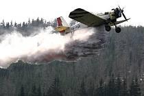 Již poslední tři až čtyři týdny se bude letecky vápnit část Černostudničního hřebene.