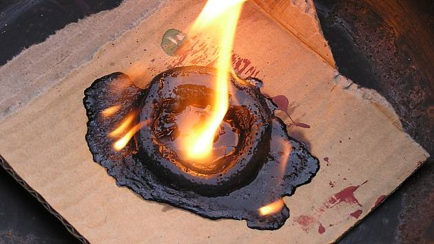 Škoda za dvacet tisíc korun vznikla od zapálené hřbitovní svíčky zanechané na dřevěném stolku v přízemním bytě v Železném Brodě.