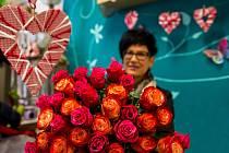 Svátek všech zamilovaných, svatý Valentýn se blíží. PRO KOHO JE TATO KYTICE RŮŽÍ, kterou svázala Radka Novotná? Prozradit nemůžeme. Jde totiž o překvapení a obdarovaná dáma ji dostane přímo u večeře při svíčkách. Donese ji přesně na čas na určené místo.
