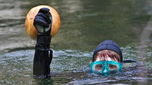 Sedm potápěčů se ponořilo do ledové vody zatopeného lomu Jesenný pro vajíčko.