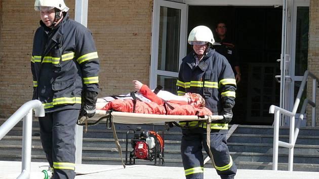 Dvanáct zraněných a osm zavalených žáků deváté třídy. S takovými následky simulovaného výbuchu v učebně chemie se museli při čtvrtečním taktickém cvičení  poprat složky Integrovaného záchranného systému Libereckého kraje.