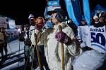 Jizerskou 50 zahájili po několika pátečních závodech také u Památníku Expedice Peru. Velké sympatie si vysloužila velvyslankyně Peruánské republiky Liliana de Olarte de Torres-Muga, která pronesla proslov k uctění památky členů Expedice Peru 1970 v lámané