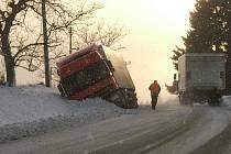 V pondělí odpoledne těsně před obcí Držkov na Jablonecku sjel ze silnice kamión.