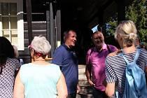 Poslední srpnový pátek se skupina šedesáti seniorů vypravila na další výlet v rámci Jabloneckého škrpálu. Tam je čekal třeba jablonecký primátor Petr Beitl (v modrém)