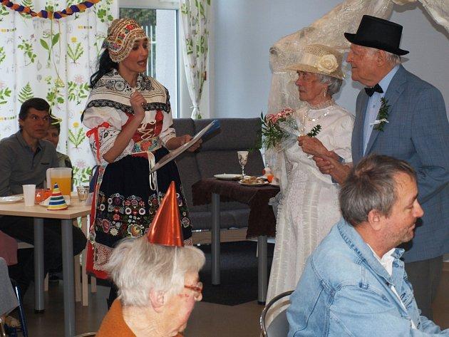 Oslavu masopustu v nedávno otevřeném zařízení pro klienty s Alzheimerovou chorobou i seniory Anavita pojal tamní personál jako jedno velké divadelní představení a dokonce i se svatbou dvou klientů.