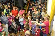 Česko zpívá koledy i na Jablonecku. Největší skupina zpívala v Mateřské školce Čtyřlístek na jabloneckém sídlišti Šumava. Celému dění předcházela Vánoční besídka.