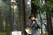 Gahlerův kříž byl součástí lesní cesty Bedřichovská už v roce 1843. V minulosti jej však stavebníci při rozšiřování lesní komunikace odstranili. Dnes opět stojí na místě a v pátek jej kaplan Petr Šabaka znovu vysvětil.