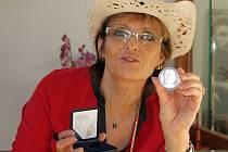 """""""Moc se nám na ní Walda líbí, je to přesně on tak, jak si ho pamatujeme,"""" ocenila práci medailéra a Mincovny Olga Matušková."""